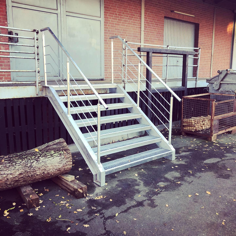 Bartels Metallbau Galerie Stahltreppe mit Geländer, verzinkt